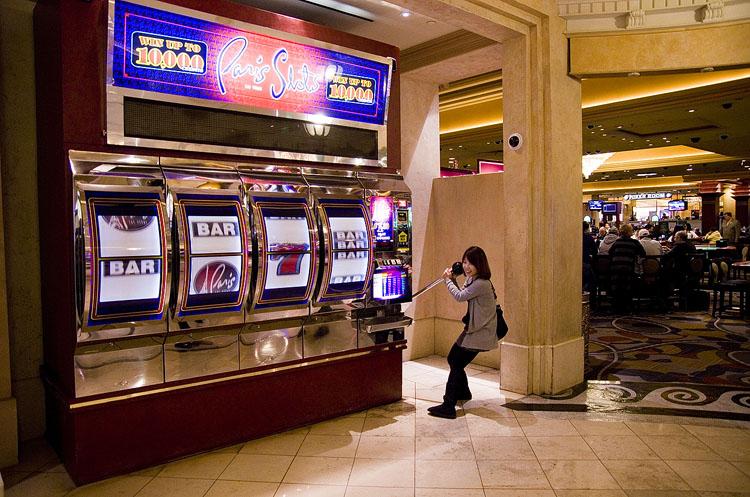 Giant Paris slot machine